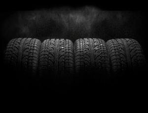 검정색 타이어 4개가 나란히 붙어있다.