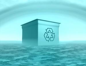 해양 위에 떠있는 박스에 재활용 표시가 되어있다.