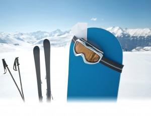 스키와 스노우보드 장비들이 설원 위에 꽂혀있다.
