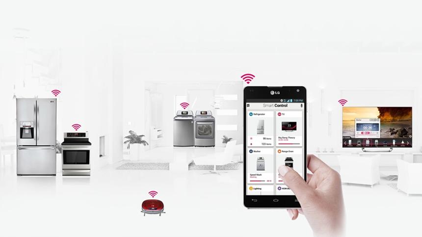 냉장고, 가스렌지, 세탁기, 로봇청소기 등 가전제품 위에 와이파이 표시가 되어있고 스마트폰 액정 화면 안에 해당 가전제품 사진이 보여진다.  스마트폰으로 가전제품을 통제하는 모습.