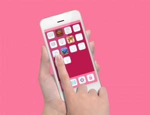 스마트폰 화면에 어플들이 있다.