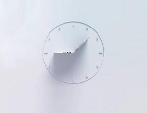 시계 안에 펼쳐져 있는 노트북의 옆모습이 시계 바늘처럼 보인다.