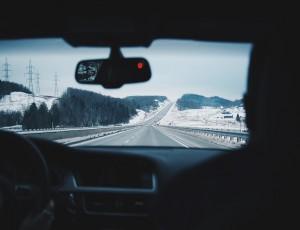 자동차 내부에서 창 밖을 바라본 모습