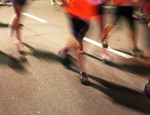 마라톤을 하고 있는 사람들의 다리가 보인다.