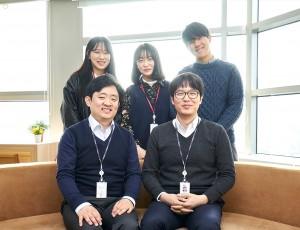 LG화학 담당자 두분과 대학생 에디터 4기 3명 단체 사진