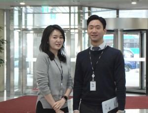 생명과학.HR.인사팀의 강보연 차장과 고며인 사원이 나란히 서있다.