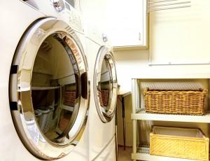 세탁기와 건조기가 나란히 있다.