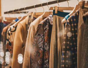 겨울옷 여러벌이 옷걸이에 걸려있다.