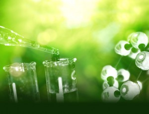 녹색 배경 위로 스포이드와 비커가 보인다.