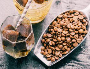 커피 한잔과 원두가 예쁘게 배치되어 있는 모습