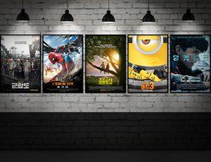 2017년 7월 개봉예정 영화 기대작 다섯편의 포스터가 벽에 붙어져 있다.