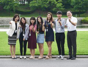 대학생에디터 5기와 기술연구원 선배가 웃으며 사진을 찍고있다.