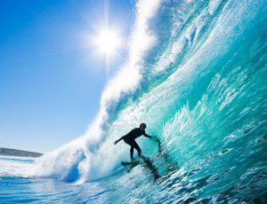 바다에서 사람이 서핑을 하고 있다.