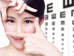 여자가 양손으로 두 눈을 강조하고 있다.