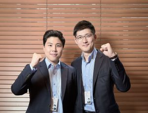 영업, 마케팅팀 남직원 두 명이 화이팅 포즈를 취하고 있다.