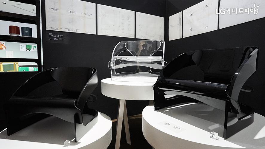 플라스틱 소재를 활용한 의자 3개 전시 이미지