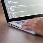 노트북을 이용해 코딩 작업을 하는 사진