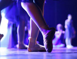 발레를 하고 있는 여자의 다리
