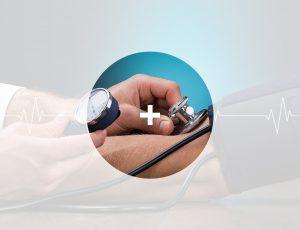 의사가 환자의 혈압을 재고있다