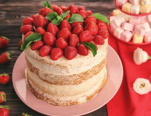 딸기케익이 접시에 놓여있다.