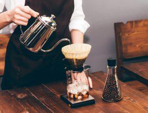바리스타가 커피를 내리고 있는 모습