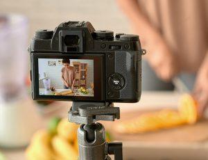 요리하는 모습을 카메라에 담고있다