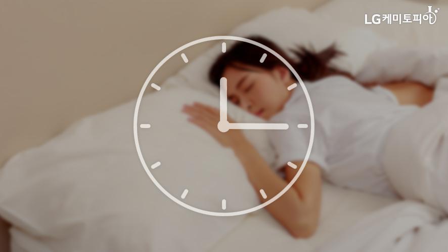 12시15분을 가르키는 시계 뒤로 침대에 누워있는 여자가 보인다.