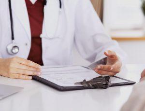 의사가 차트를 보고 있다.