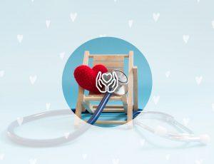 의자 위에 털실 하트가 있고 청진기가 함께 놓여있다.