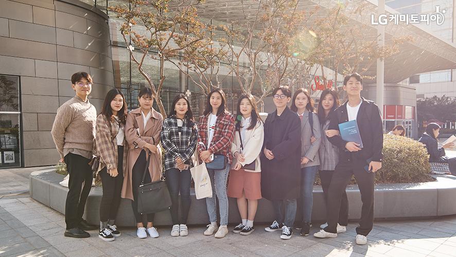 코엑스 앞에서 찍은 대학생 에디터 8기 단체사진